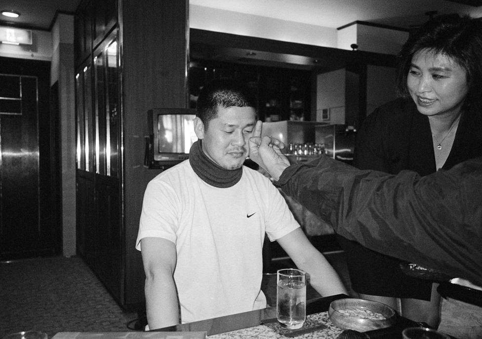 """""""Egy barátom meghalt, és nemcsak a többi fiú fogja őt elfelejteni, hanem idővel én is. Keresni kezdtem egy fényképet róla, hogy emlékezzem az arcára, de nem találtam. És előbb-utóbb én is elmegyek majd. Ezért kezdtem készíteni ezeket a képeket"""" – meséli Yang Seung Woo."""