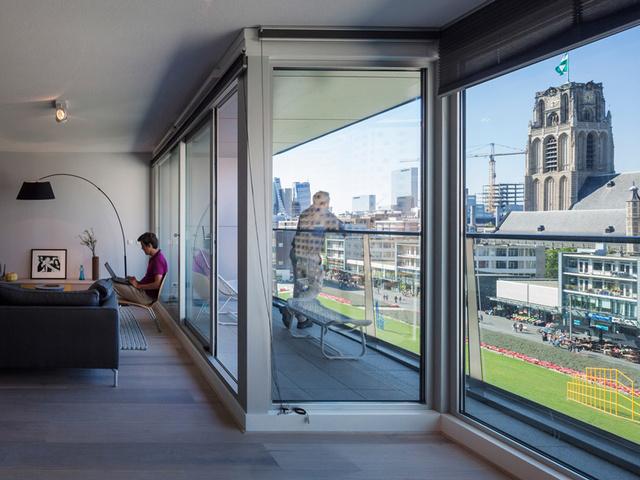 Melyek közül 24 lakást puccos penthouse-nak alakítottak ki a tervezők.- írja a 80-300 négyzetméteres, hang és szag szigetelt otthonokról a designboom.com.