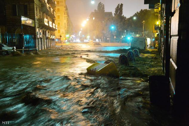 Víz hömpölyög Genova egyik utcáján