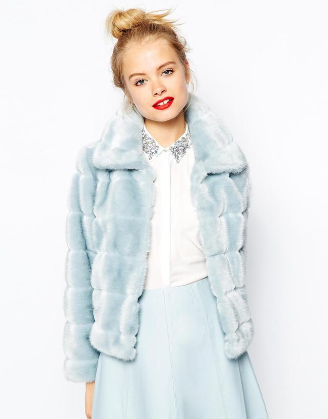 Barbie-kék műszőr kabát az Asosnál 16.890 forint.