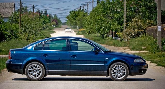 A Volkswagen Passat B5 generációjából is több ezer példány kapott magyar rendszámot. Motorválasztéka a gyenge ezerhatszáz köbcentis, benzinestől a képen látható autóban lévő dupla-V8-asig terjed. Természetesen az alapmotorból és a kisebb dízelekből hoznak be sokat
