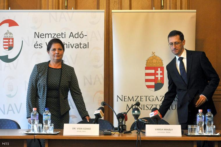 Varga Mihály nemzetgazdasági miniszter és Vida Ildikó, a Nemzeti Adó- és Vámhivatal elnöke sajtótájékoztatót tart a Nemzeti Adó- és Vámhivatalban 2013. március 26-án.