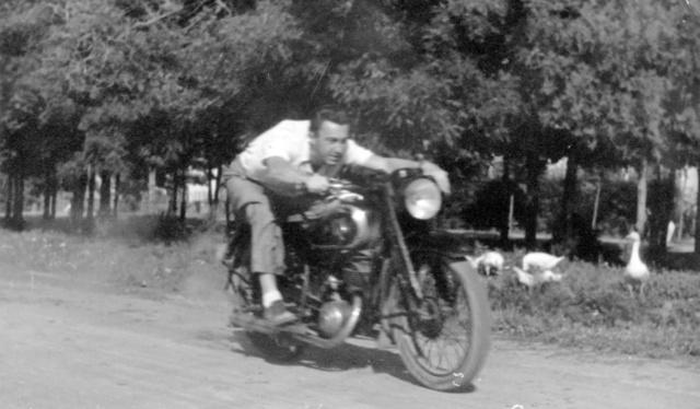 Ritka eset: Tabányi Mihály motorkerékpáron. DKW-val riogatja a libákat