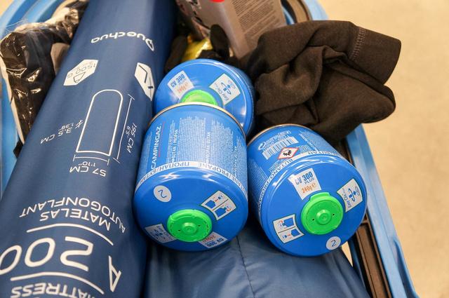 Negyedkiló propán-bután gázkeverék per darab. Három palackból ki kell jönnünk italkészítéssel, főzéssel együtt