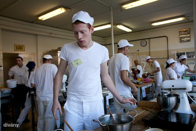 A suli néhány éve profi gépeket kapott, a Kitchen Aidektől bármelyik gasztroblogger elalél.