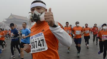 Gázmaszkban futották a maratont