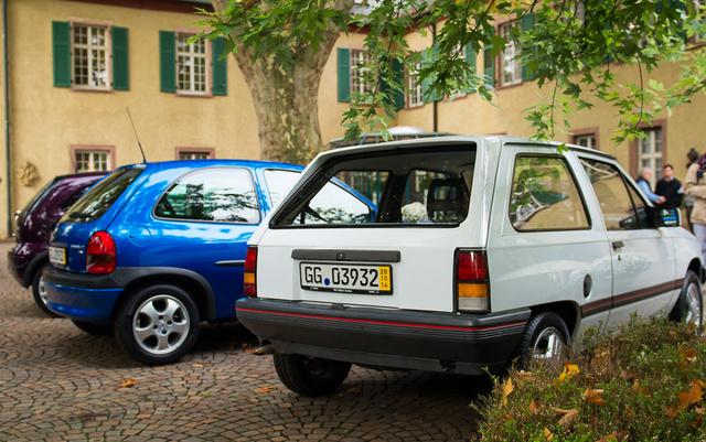 Az első Corsa 1982-ből, mellette kékben a legsikeresebb generáció, az 1993-as B Corsa