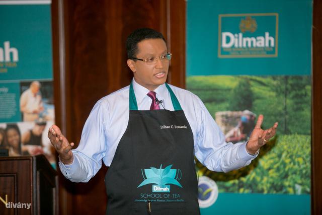 Ő itt Dillhan C. Fernando, a Dilmah cég vezetője.
