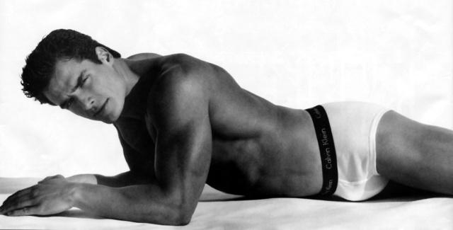 Antonio Sabáto, Jr. alsónadrágot reklámoz a '90-es években