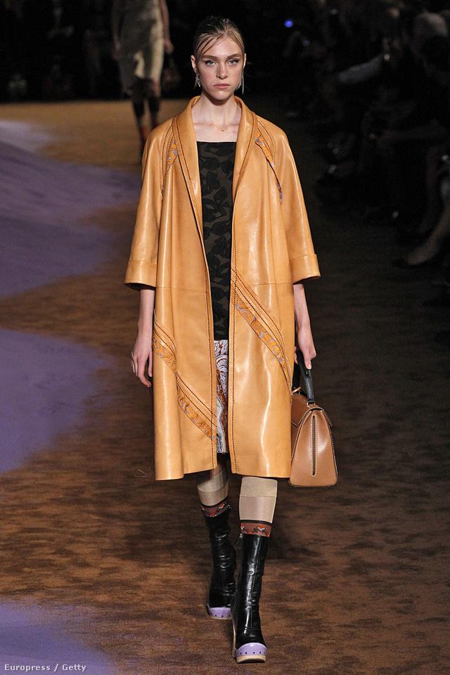 Bőrkabát és designer táska a Prada 2015-ös tavaszi-nyári kollekciójából.