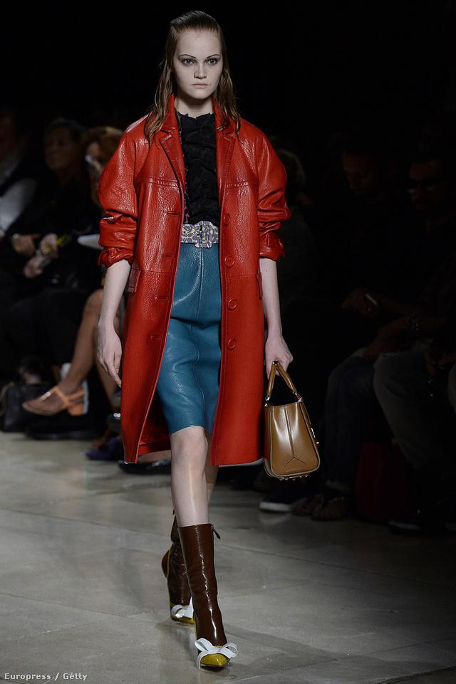 Bőrkabát és designer táska a Miu Miu 2015-ös tavaszi-nyári kollekciójából.