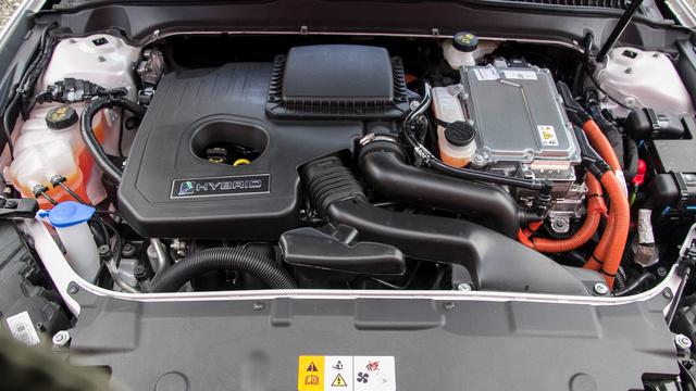 Az Atkinson-ciklusú motor nyersenn jár, de a villanymotorral együtt elég erős,tiszta és takarékos