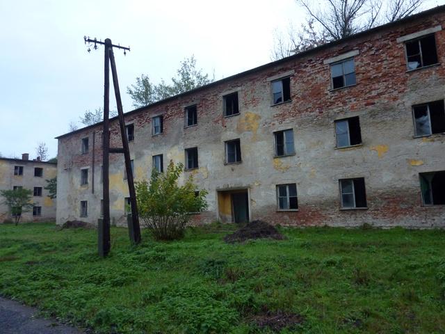 A lakóházak egy része téglaépület, a többi előre gyártott vasbetonelemekből készült. Kilopták belőlük amit lehetett