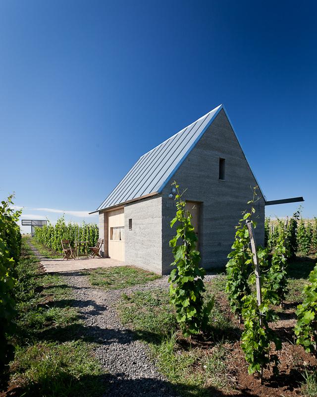 """""""A borkóstolókhoz készülő teraszt négy kisebb kunyhó és a terület sarkában egy kilátó építmény egészíti ki. """"-mondja az építész."""