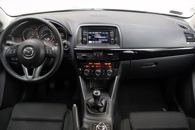 Nincs túlcsicsázva, de sokkal átgondoltabb és egységesebb, mint a közelmúlt Mazda-műszerfalai