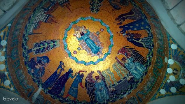 Az árkádsor kupoláit mozaikok díszítik