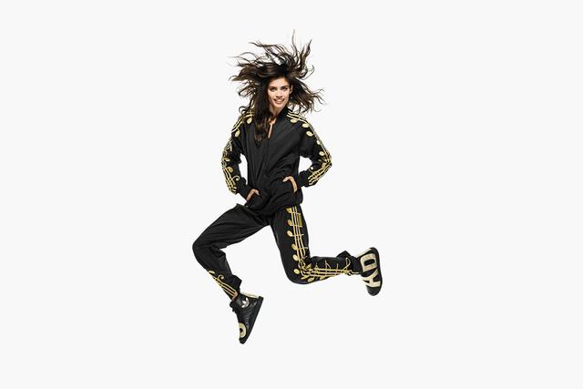 Már nem kell sokat várni a Moschino kreatív igazgatójának legújabb Adidas gyűjteményére.