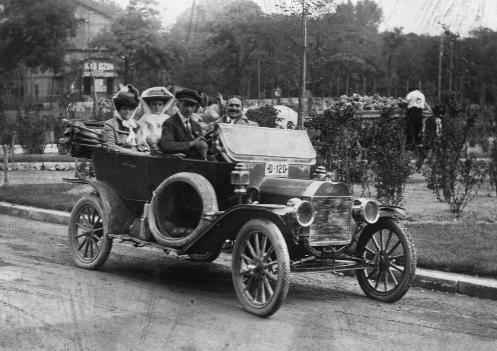 Kocsikázás 1915-ben, háttérben a Kis Színkör. A Ligetben 1879 óta több színház is működött. Eleinte inkább német nyelvű darabokat játszottak, de Pesttel együtt hamarosan a színjátszás is nyelvet váltott.                         A Liget az olcsó, a közönséggel szemben nagy igényeket nem támasztó népszínművek közege volt. Könnyű zenés-táncos darabok, operettek, varieték és kabarék voltak műsoron az 1904-ben alakult Kis Színkörben is. Csak nyaranta játszottak, 4-től 9-ig főleg saját egyfelvonásait vitte színre a népszerű komikusból direktorrá lett Sziklay Kornél.