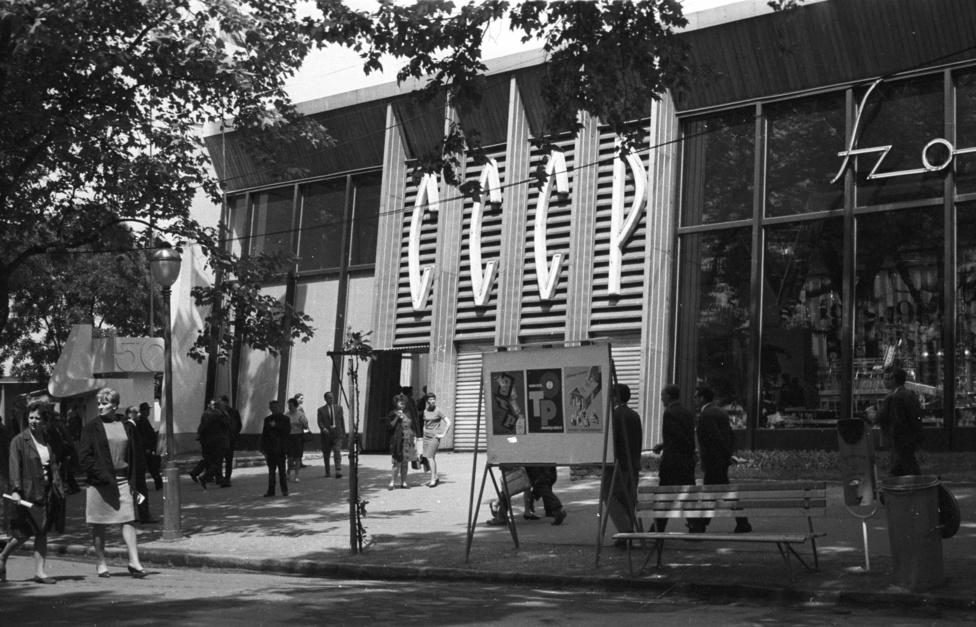 Mint minden évben, 1967-ben is a szovjet pavilon volt a legnagyobb a Budapesti Nemzetközi Vásáron. Bár a szovjet valósággal szemben itt nagy árubőség volt, a látogatókat sokkal jobban érdekelte a Roosevelt-szobornál felállított amerikai pavilon. A Városliget jelentős részét elfoglaló BNV a fogyasztási cikkek nagy választékát állította ki, a külföldi ujdonságok tömegeket vonzottak a hatvanas-hetvenes években. Hangulatfestőnek is kiváló a hirdetőoszlop a Gazdálkodj okosan látványvilágát és ethoszát idéző OTP plakátokkal.