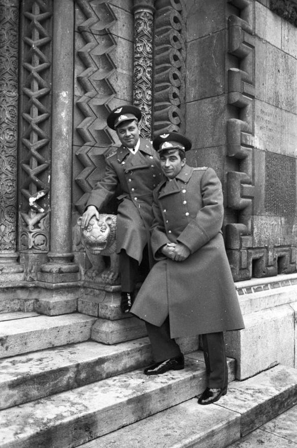 Összetorlódott idők 2.: a vajdahunyadvári Jáki kápolnánál szovjet tisztek ismerkednek a kapuőrző oroszlánnal, 1980-ban.