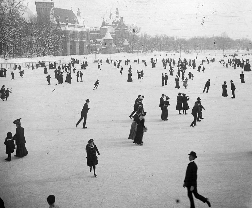 1907-ben a Jégpályán. Amíg a társadalom krémje a Vurstli alantasabbnak érzett mulatságait meghagyta az alsóbb rétegeknek, a Jégpálya kifejezetten a jobbmódúak ismerkedési terepe volt. Miután - úgy az 1870-es évektől - a hölgyek számára is megfelelő testmozgásnak tekintették már a korcsolyázást, a téli sport egyfajta meghosszabbított báli szezonra adott lehetőséget.                         A Jégpálya csicsás, neobarokk csarnoka is a magasabb igények kielégítésére épült, a tó vízszintjét a hosszabb jégidő érdekében 60 centisre csökkentették. Gépi hűtésű műjégpálya ekkor még nem volt, de Budapest így is a korcsolyasport központja lett. 1895-ben itt tartották az első gyors- és műkorcsolya Európa Bajnokságot, az 1909-es városligeti világbajnokságon Kronberger Lili győzött, de megjelentek az első jéglabda csapatok is.