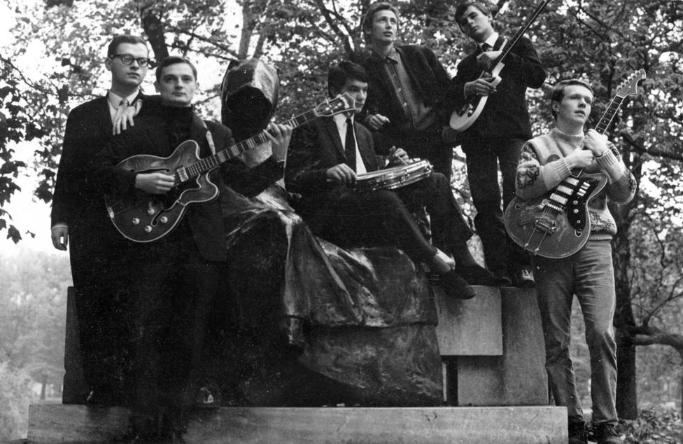 Az Anonymus zenekar az Anonymus szobornál. Az 1963-tól 70-ig működő (majd negyven év után újjáalakuló) együttes slágerzenét játszott, az elsők között hozták be a Rythm and Bluest Magyarországra.