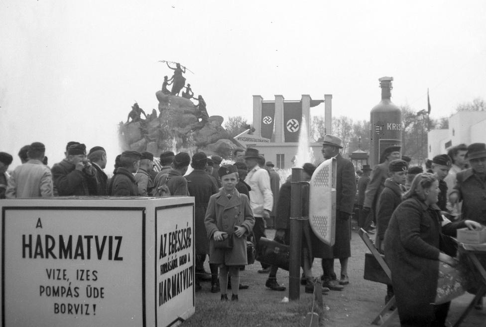 Pompás üde borvíz, horogkeresztes lobogók és cserkészlegények az 1943-as kiállításon. Középen, a sziklákon álló leányok a Sió tündér regéje szoborcsoport alakjai. A szökőkút-szoborrendszert Fáy András balatoni tündérvilágról szóló, ősmagyar regének mondott legendája ihlette. Az Iparcsarnok előtt felállított mű a milleniumi kiállításra készült el, a harmincas években felújították. A szökőkúthoz hatalmas, 700 négyzetméteres medence tartozott, hétvégenként az esti díszkivilágításban Pest nagy látványossága volt. Darabjait a háború végén széthordták, helyén épült később a Petőfi Csarnok.