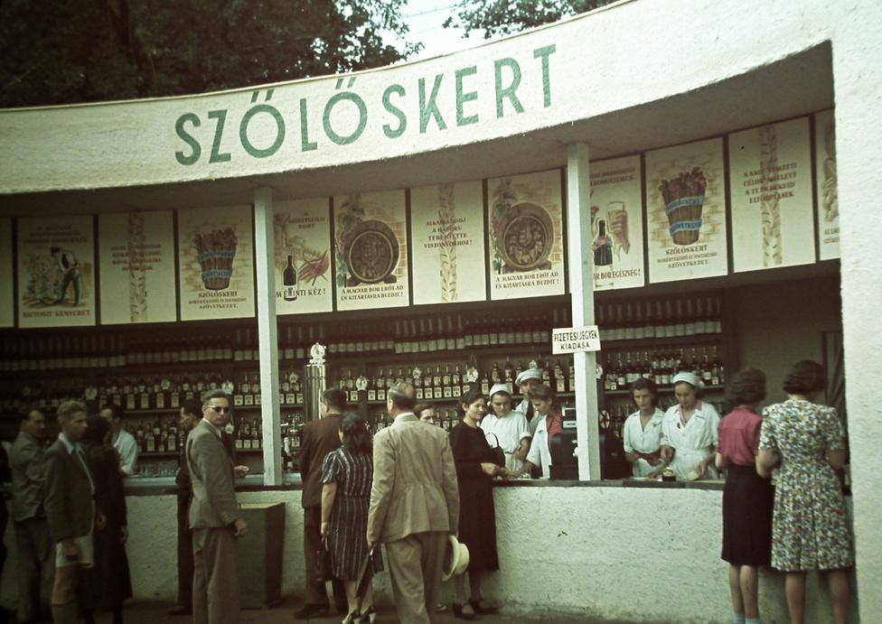 """""""A magyar bor erőt ad és kitartásra buzdít!"""" A Városliget helyén kétszáz éve meg a pesti német polgárok szőlei nőttek, de ehhez az 1940-es kiállítás és vásár Szőlőskertje szlogenjeinek már nem sok köze van. """"Alkalmazkodj a háboru teremtette viszonyokhoz!"""""""