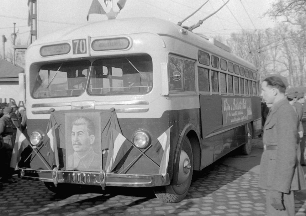 A háború utáni első trolibuszvonal átadása a Városligeti fasorral szemben, a Magyar Rendőr belügyi fotósának szemével. A Sztálin 70. születésnapján forgalomba helyezett, a Generalisszimiusz tiszteletére a 70-es számot kapó járat azóta is a Kossuth tér és az Erzsébet királyné útja között közlekedik, a számozása is megmaradt. A 70-es a Városligeti fasorral szemben, a Köröndnél érte el a Városligetet, ez volt akkor a Liget egyik központja. Miután a Felvonulási tér és a dísztribün építése félbevágta, a Körönd elvesztette a jelentőségét.