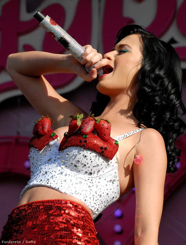 Tejszínhabos epernek öltözve lépett színpadra 2009-ben.