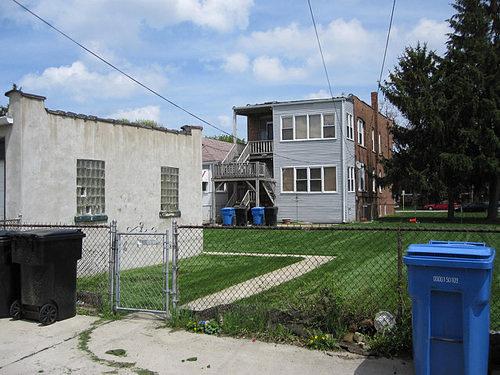 A ház a munkásosztály által lakott környéken található.
