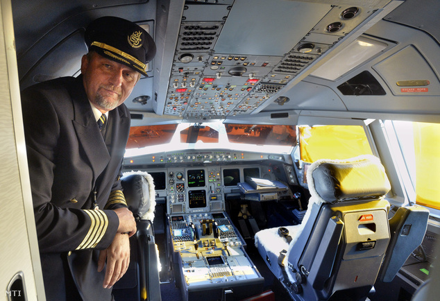 Bondor István a Budapestre először érkező dubaji Emirates légitársaság Airbus A330-200-as repülőgépének kapitánya a pilótafülkében