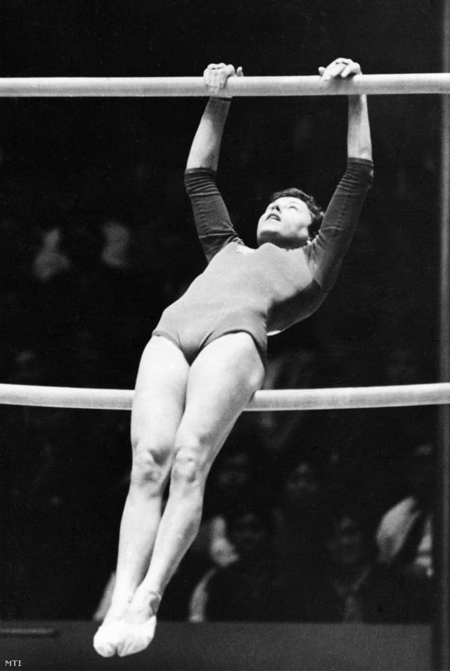 Makray Katalin gyakorlata a felemás korláton a XVIII. nyári olimpián