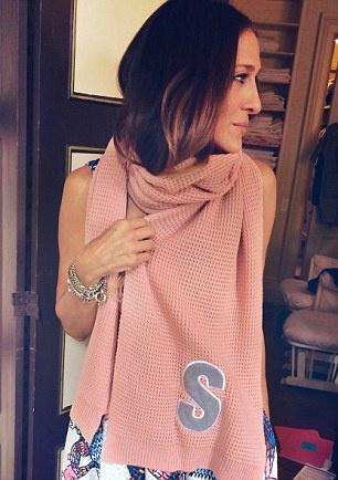 Sarah Jessica Parker a márka megfizethető, púder rózsaszín sáljában.