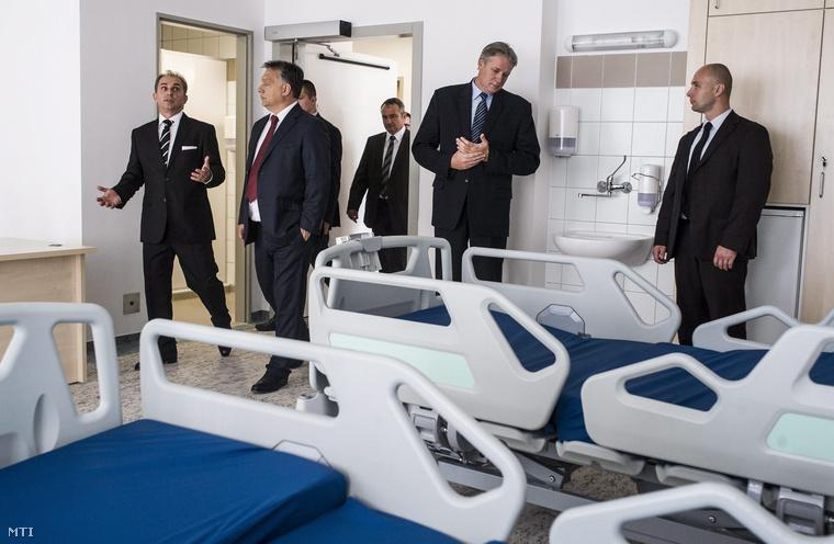 Orbán Viktor és Zombor Gábor megtekint egyfelújított kórtermeta bajai Szent Rókus Kórház 4 milliárd forintos fejlesztésének ünnepélyes zárórendezvényén 2014. szeptember 16-án.