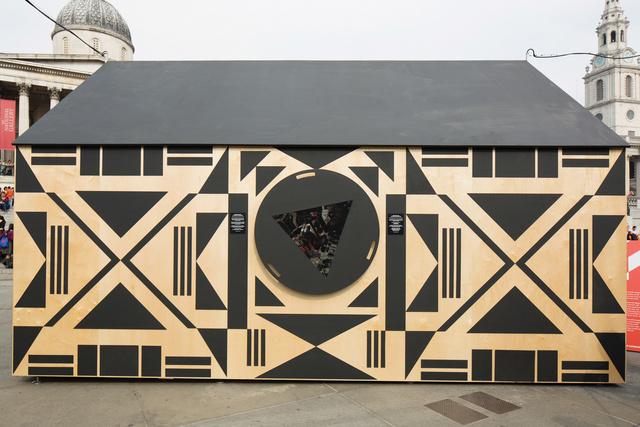 Az innovatív ötletekből kifogyhatatlan Patternity csapata, Anna Murray és Grace Winteringham egy kaleidoszkóp házat húzott fel a téren.