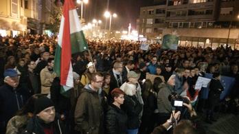Ezren tüntetnek Szombathelyen az internetadó ellen