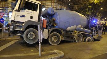 Beszakadt az út egy betonkeverő alatt a VI. kerületben