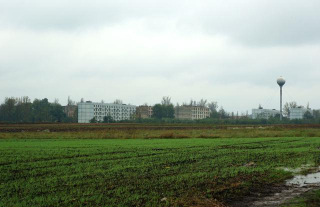 Az egyik lakótelep látképe a reptér széli dűlőútról, víztoronnyal