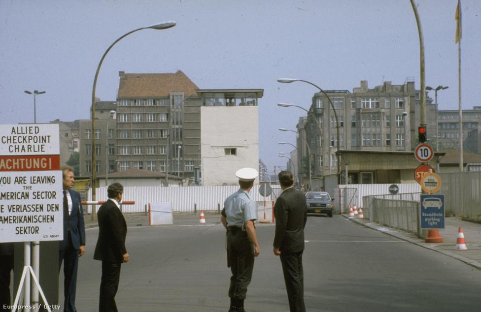 A fal leomlása ugyanolyan világpolitikai szükségszerűség volt, mint a létrejötte, azonban Ronald Reagan amerikai elnök (a képen középen) sem gondolhatta, hogy amikor 1987. június 12-én Nyugat-Berlinben arra sürgette Gorbacsovot, hogy döntse le a falat, alig több mint két évvel később a hidegháború leggyűlöltebb szimbóluma valóban semmivé lesz.