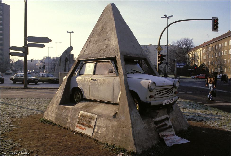 A hidegháború egyik leghírhedtebb szimbóluma hamarosan romhalmaz lett, aminek darabjait gyorsan elkezdték szétkapkodni a relikviagyűjtők.