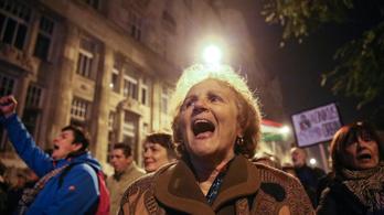 Ünneplik a tüntetők az internetadó visszavonását