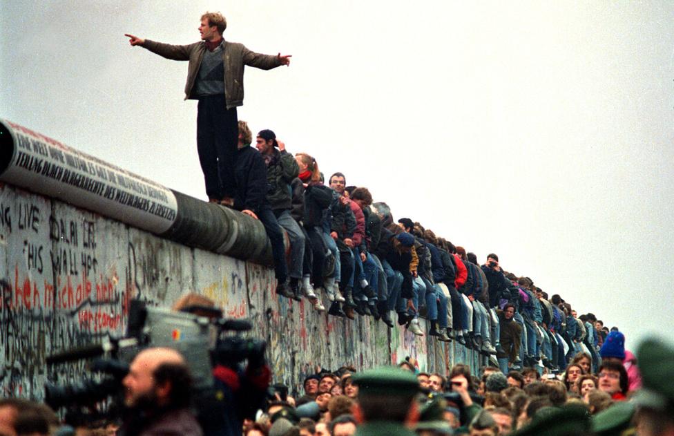 A berliniek megrohamozták az átkelőket, másnap pedig puszta kézzel kezdték bontani a falat.