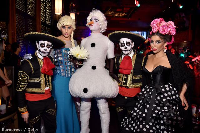 Victor Luna, Jesus Estrada Antonio Estrada és a tervezőnő, Irina Shabayeva az idei Halloween partin New Yorkban.