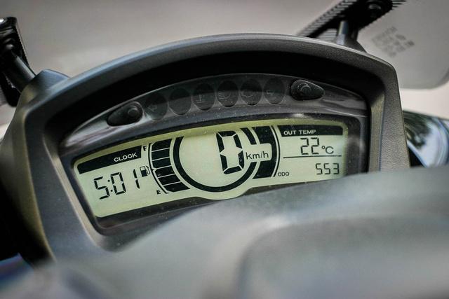 Egyszerű, kifogástalanul informatív műszeregység, még hőmérő is van