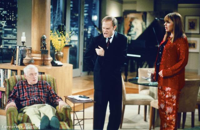 A sorozat főszereplője, Frasier Crane (Kelsey Grammer) egy seattle-i lakás sokadik emeletén él, aminek eklektikus dekorációi illetve az apja rozoga karosszéke hűen tükrözik a pszichiáterként tevékenykedő nagydumás rádiós kozmopolita életmódját a kilencvenes évek elején.
