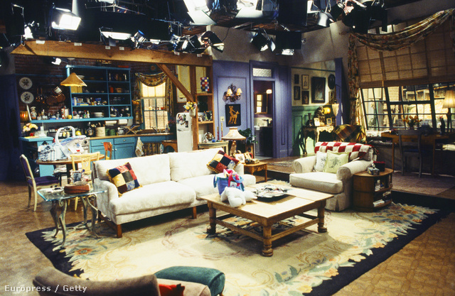 A televíziózás történetének egyik leghíresebb sorozatában Monica Geller (Courteney Cox) egy Greenwich Villageben található apartmanban lakott, ahol a műsor legviccesebb pillanatai is zajlottak.