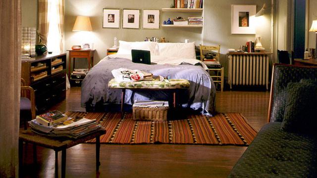 Carrie Bradshaw (Sarah Jessica Parker) híressé vált Upper East Side-i lakása reálisan tükrözi a szabadúszó írónő eklektikus stílusát, ami az öltözködésén is gyakran visszaköszön.