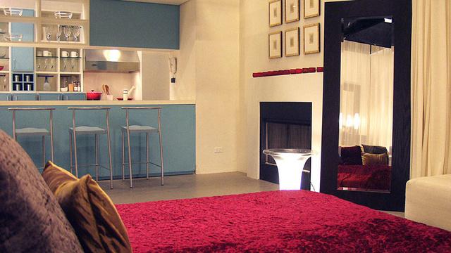 A férfifaló szexi PR-os tágas nappalija ugyanis semmi másból nem áll, mint egy hatalmas ágyból, egy óriási tükrös szekrényből és ultra-modern, sosem használt bárszékes konyhából.