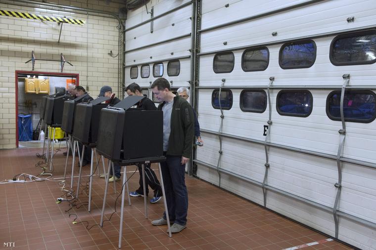 Elektronikus szavazógépen adják le voksukat az állampolgárok a félidős amerikai kongresszusi választásokon a Virginia állambeli Arlingtonban.